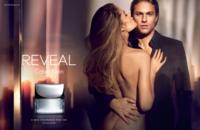 Doutzen Kroes se muere por los huesitos de Charlie Hunnan en la fashion story de Reveal Men para Calvin Klein