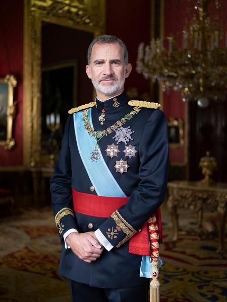La Casa Real presenta las nuevas fotografías de la familia y Letizia repite un diseño color capote de Carolina Herrera