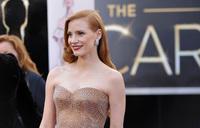 El look de Jessica Chastain en la alfombra roja de los Oscars 2013: la melena, siempre de lado