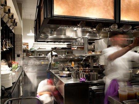 Entre fogones, los entresijos de una cocina retratados para una buena causa