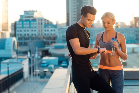 En San Valentín, entrena el abdomen con tu pareja con estos ejercicios