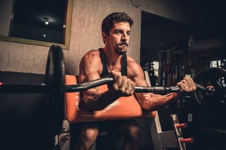 Rutina de entrenamiento de cinco días para novatos en el gimnasio