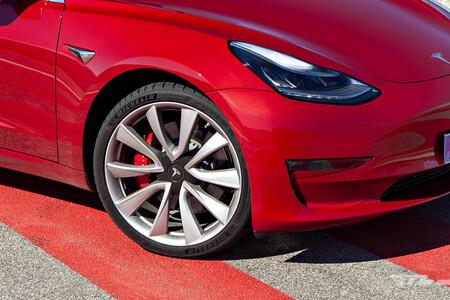 Pierde el control de su Tesla Model 3, echa la culpa a los frenos y acaba demandado por Tesla