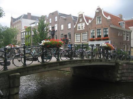 Amsterdam puente y bicicletas