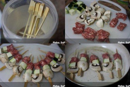 Pincho improvisado de brocheta de champiñón, calabacín y salchicha