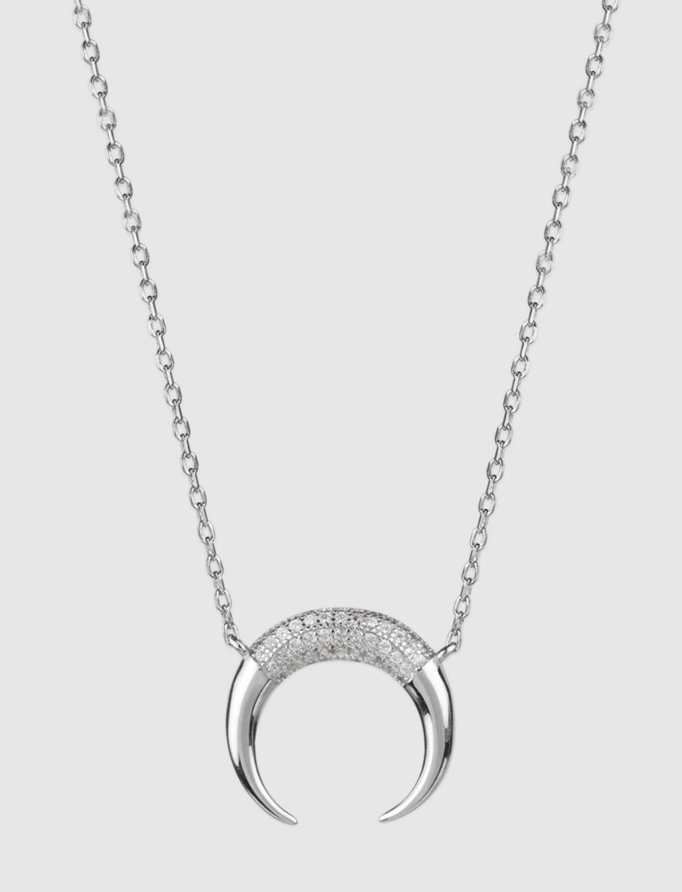 Collar en plata de ley 925 milésimas chapada en rodio, con un diseño de una media luna.