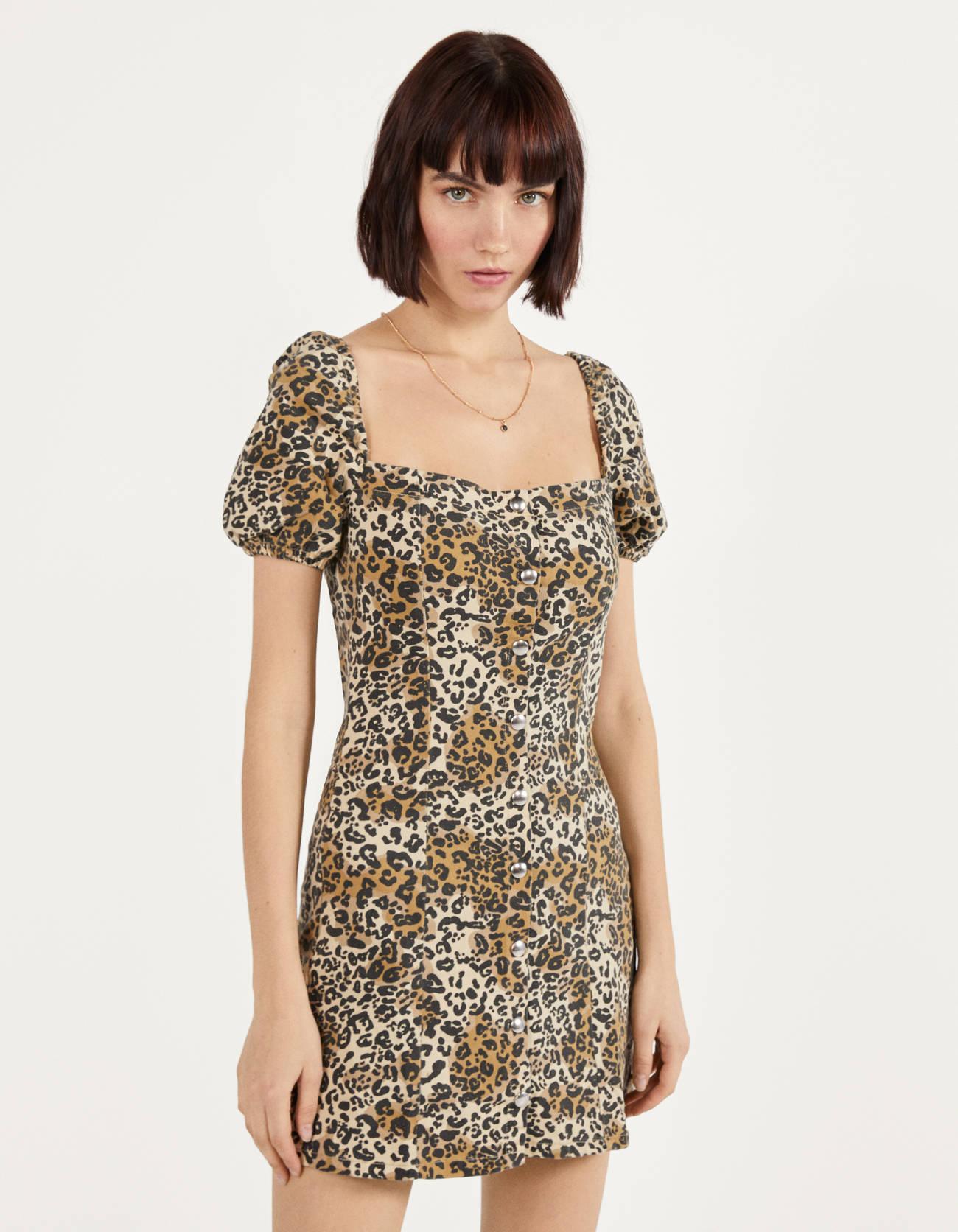 Vestido con estampado de leopardo y botones
