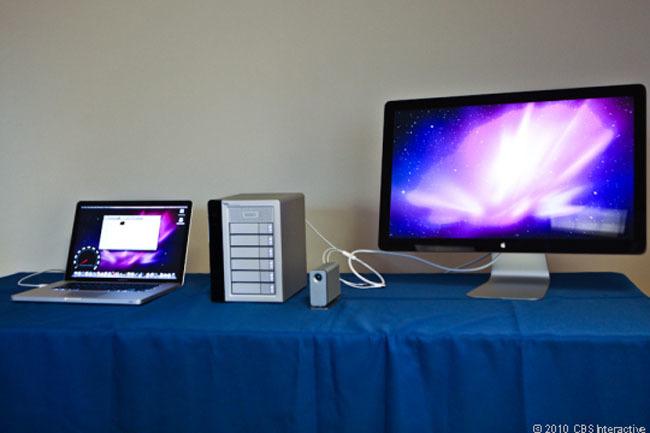 MacBook Pro conectado por Thunderbolt con varios discos duros y un monitor externo.
