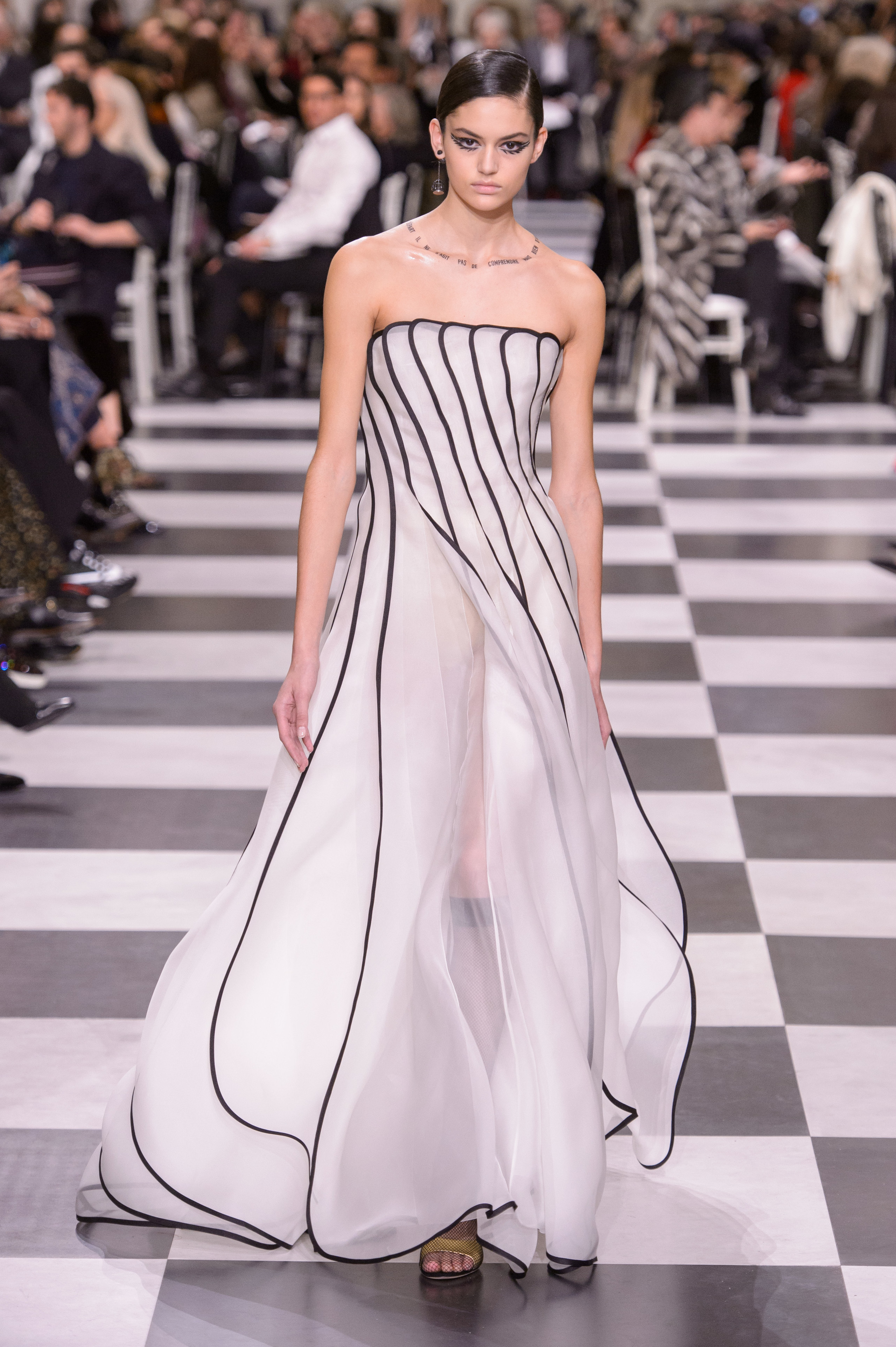 Foto de Dior Alta Costura: Maria Grazia Chiuri y su mágico desfile en blanco y negro Primavera-Verano 2018 (30/74)