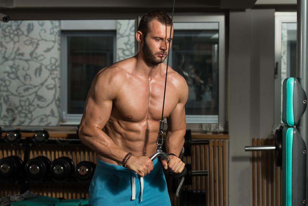 Cinco ejercicios para entrenar tus abdominales con poleas