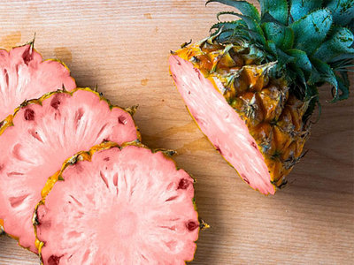 La nueva piña genéticamente modificada es de color rosa