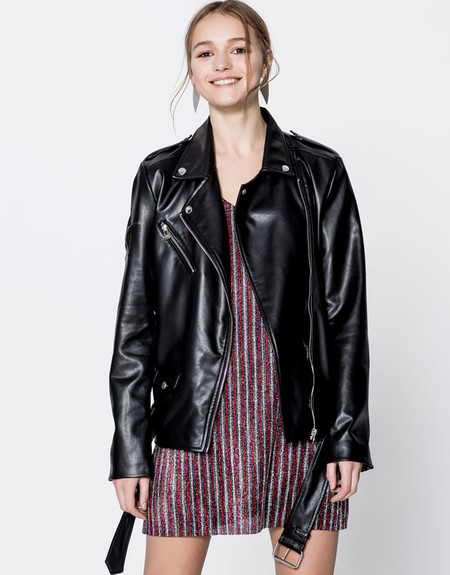 "Pull&Bear no espera a julio para comenzar rebajas: cazadora biker ""too chic for you"" por 19,99 euros"
