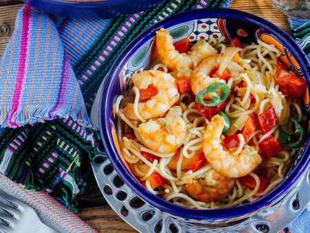 Espaguetis con langostinos al estilo mexicano: receta de pasta fusión con su toque picantón