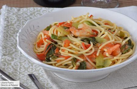 Espaguetis con langostinos, guindilla y pak choi: receta fácil, pero sabrosísima