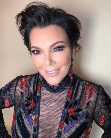 La mamá de las Kardashian se convierte en la hermana mayor más elegante en los Globos de Oro 2017