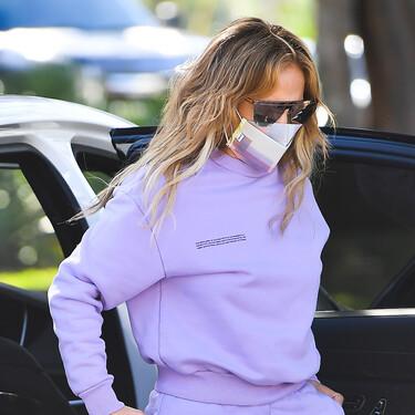 Jennifer López luce el chándal favorito del street style (a conjunto con la mascarilla)