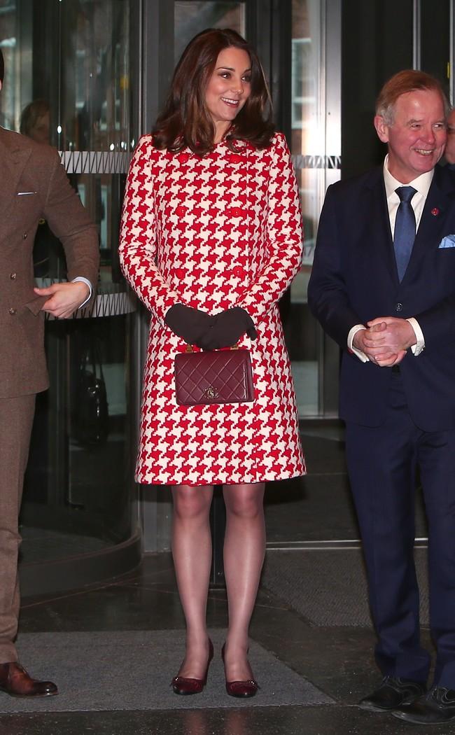 Con abrigo rojo de día y vestido de flores de noche, Kate Middleton ...