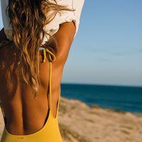 Esta temporada que no te falte un bañador con la espalda escotada: con muy poco se logra mucho