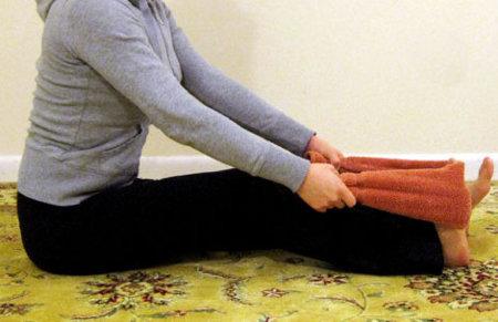 Un sencillo ejercicio casero para estirar las piernas