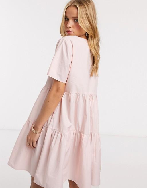 Vestido amplio con falda a capas en rosa.