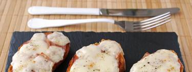 Tostas de jamón asado marinado con provolone. Receta