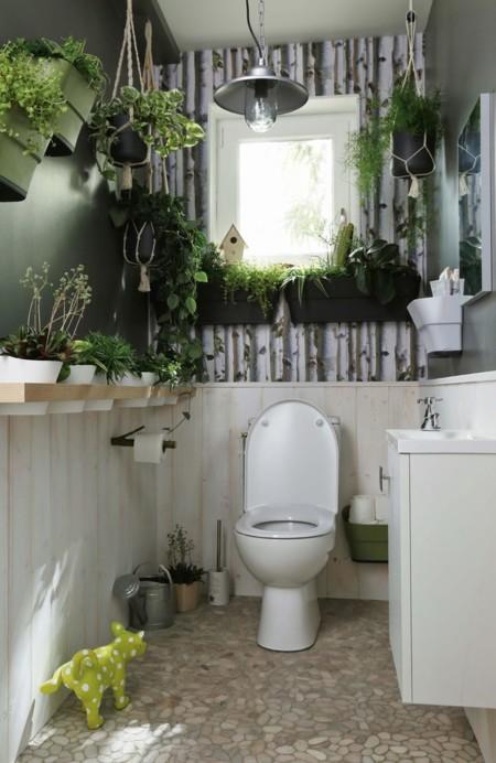 a menudo el bao es la zona de la casa menos acogedora y con menos por qu no aadir papel pintado en una de las paredes