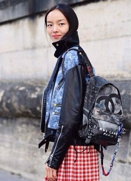 Modelo con mochila Chanel