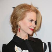 Nicole Kidman enseña pierna en los BMI Country Awards 2014