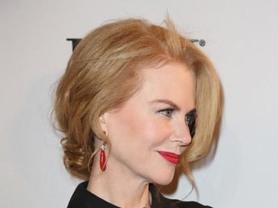 Nicole Kidman enseña pierna en los BMI Country Awards 2014