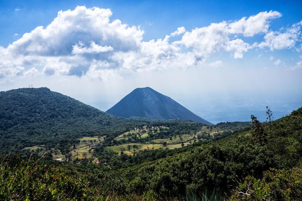 Centroamérica tiene más de cien volcanes: turismo de fuerzas de la naturaleza para respirar y asombrarse