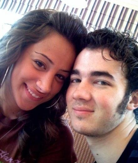 Kevin Jonas se compromete con su novia Danielle Deleasa