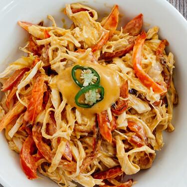 Ensalada de pollo y pimientos asados con aderezo agridulce de mayonesa. Receta fácil de ensalada