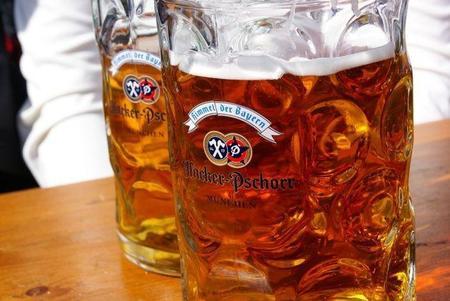 Desmontando mitos viajeros: ¿el alcohol emborracha más en el avión?