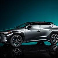 """Toyota prepara su primer SUV totalmente eléctrico y así luce su concepto: tiene volante de """"avión"""" y se carga con energía solar"""
