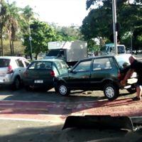 Qué puedes hacer si un vehículo obstaculiza el carril bici (humor)
