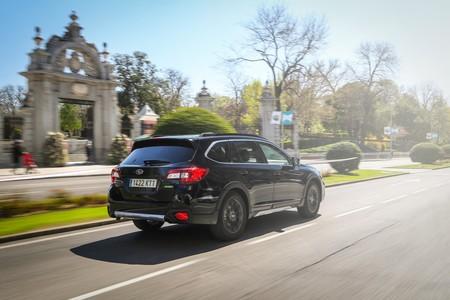 Subaru Outback Black Edition en ciudad