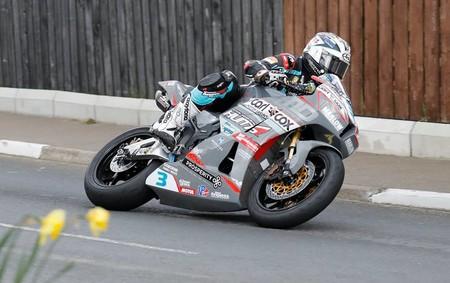 Michael Dunlop arrasa en Supersport para conseguir su 17ª victoria en el Tourist Trophy