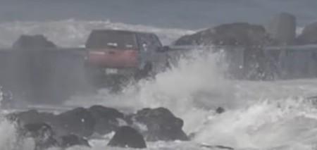 No, meterte con el Pathfinder en medio de un espigón en alerta por oleaje no es la forma de lavar tu coche