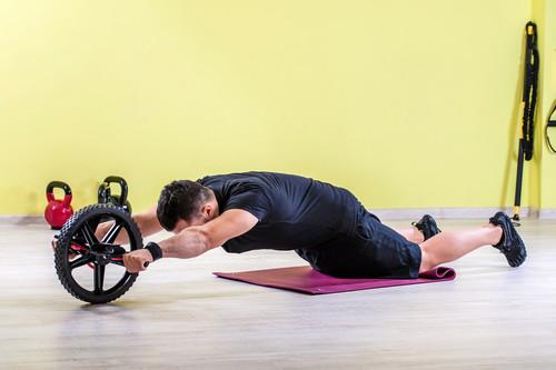 Saca mayor provecho a la rueda abdominal con estos cinco originales ejercicios
