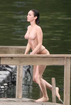 Megan Fox y los tapones para pezones II