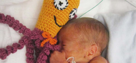 Por qué las unidades neonatales están pidiendo a la gente que haga pulpos de ganchillo para los bebés prematuros