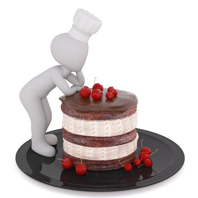Figura apoyada en una tarta.