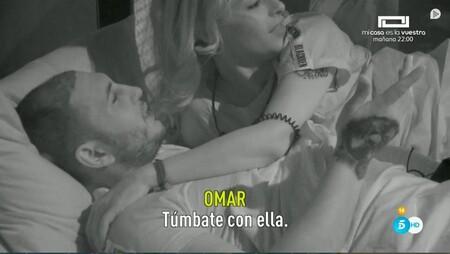 Omar se acuesta con ella