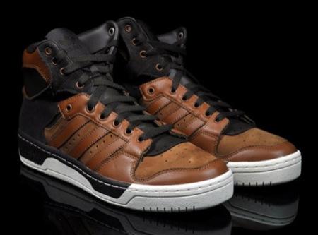 Adidas Conductor High: un par de zapatillas elegante en marrón y negro