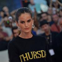 El jersey-semanario de Alberta Ferretti pisa la Alfombra Roja en Venecia (y por partida doble)