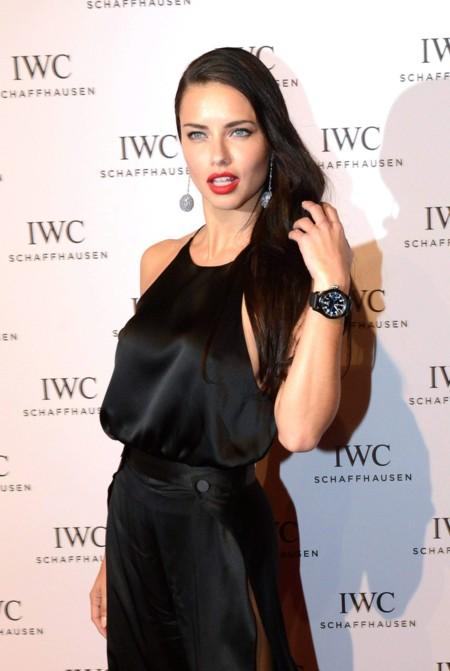 Adriana Lima juega al despiste en la gala IWC, ¿sexy o lady?