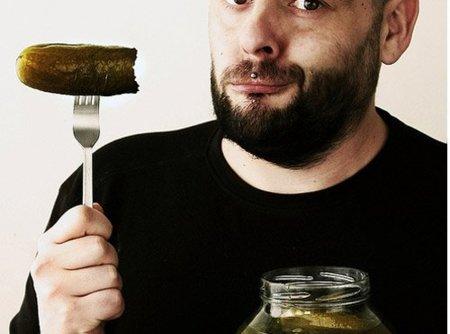 Engorda los pepinillos en vinagre