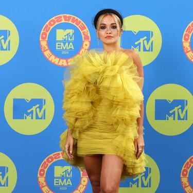 Rita Ora se marca un lookazo de nota con un vestido amarillo de tul de Giambattista Vali en los MTV EMAs 2020