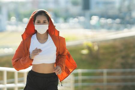 Entrenar con mascarilla deportiva, paso a paso: cómo empezar y cómo mejorar, según una experta