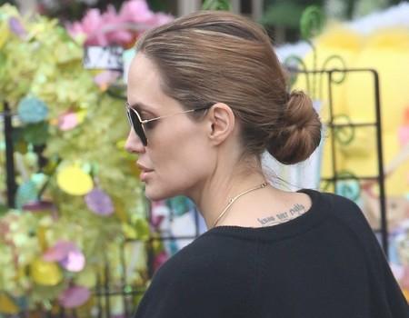 la actriz angelina jolie en su da a da apuesta mucho por recogidos sencillos y funcionales como en la imagen un moo que se retuerce sobre s mismo